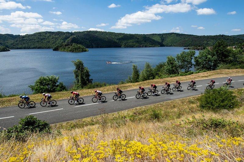 El pelotón del Tour de Francia, con la carrera controlada en esta 10ª etapa