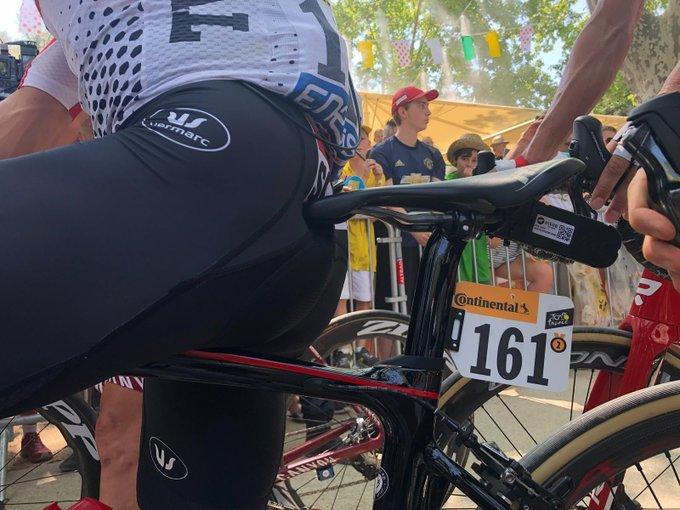DETALLE CURIOSO en la bicicleta de Caleb Ewan. El australiano lleva una medalla con el número 2: las victorias conseguidas en este Tour