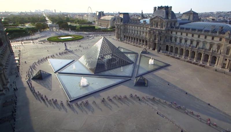 El Pelotón rodando por el Museo del Louvre