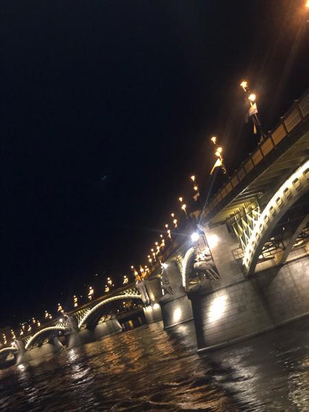 """Pit-stop #12 - 31.07.2019🇭🇺 <br>E via di back to back!<br>Con ancora negli occhi le tante emozioni dell'ultimo gran premio, siamo arrivati a Budapest, Ungheria, in una delle tappe più belle ed affascinanti della stagione. Almeno per quel che riguarda la città, la """"Parigi dell'Est"""". Una città meravigliosa, risultato dell'unione di tre città: Buda, Pest e Óbuda, unite dal Ponte delle Catene e da altri sette ponti, che si mostra nelle sue varie anime. Quella romana,  quella medievale e quella più moderna!<br>Stupisce Budapest, così come la F1! Sarete d'accordo con me, immagino, nel dire che le ultime gare sono state spettacolari?! Sorprese, rimonte, problemi, sorpassi. Wow 😲 <br>E allora via con l'ultima gara prima dello stop estivo. Gara che inevitabilmente farà tirare le somme sulla prima metà di stagione. C'è chi vuole continuare a stupire come la Red Bull (già a due vittorie), chi riprendere dove aveva lasciato pre Germania (leggasi Mercedes, favorita per trovare un pronto riscatto post Hockenheim) e chi, come la Ferrari cerca conferme e la prima vittoria. <br>Cosa porterà il vento dell'est?!"""
