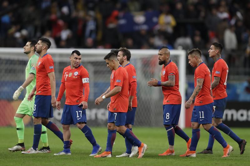 Los jugadores de Chile se marchaban al descanso discutiendo sus errores.