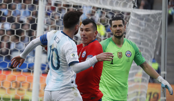 El 'careo' entre Messi y Medel que ha supuesto sus expulsiones FOTO: AP