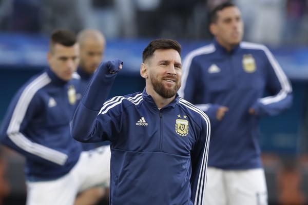 Messi, en el calentamiento del Argentina-Chile FOTO: AP