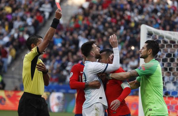 Otra imagen del pique entre Medel y Messi FOTO: AP