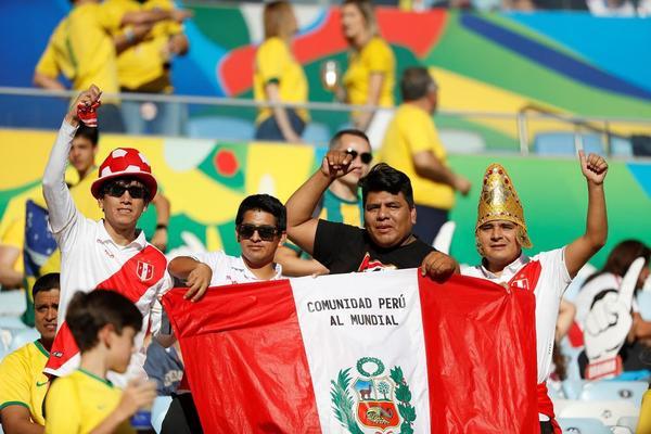 Las aficiones de ambos equipos ya empiezan a dar colorido al estadio de Maracaná.