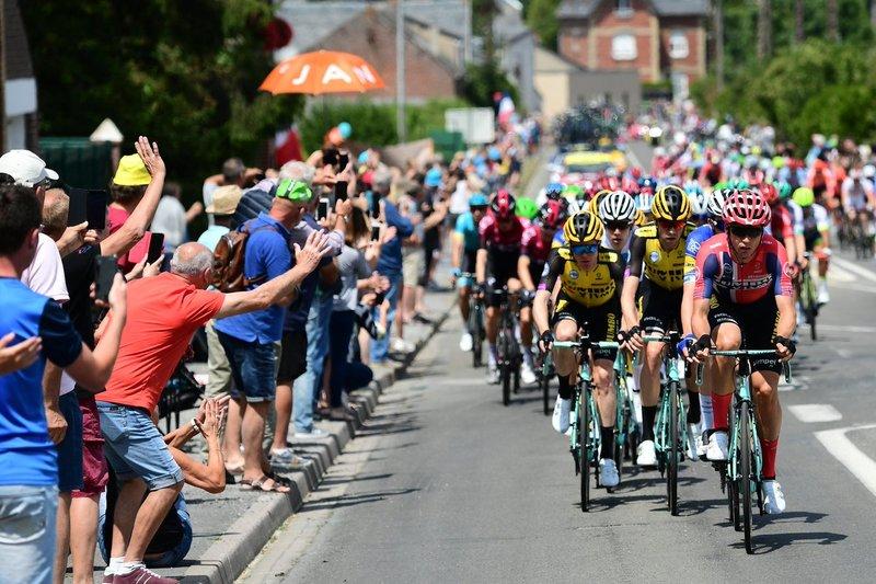 El público anima a los ciclistas en una jornada perfecta para el ciclismo: poco más de 20 grados y día soleado