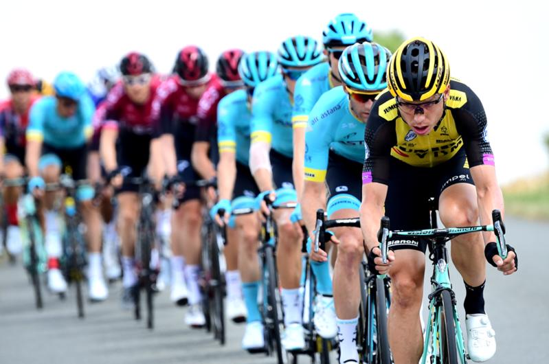 TONY MARTIN (Lotto Jumbo) marca el ritmo en el pelotón del Tour de Francia