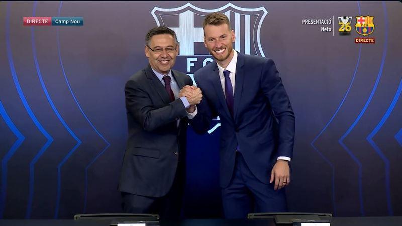 Bartomeu ha sido el encargado de firmar también el contrato en nombre del Barça