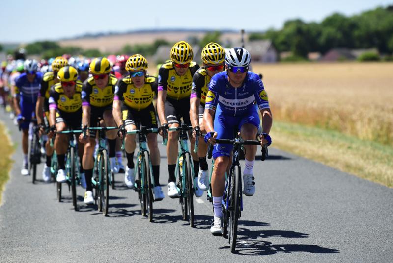 El pelotón del Tour de Francia controlando la 4ª etapa