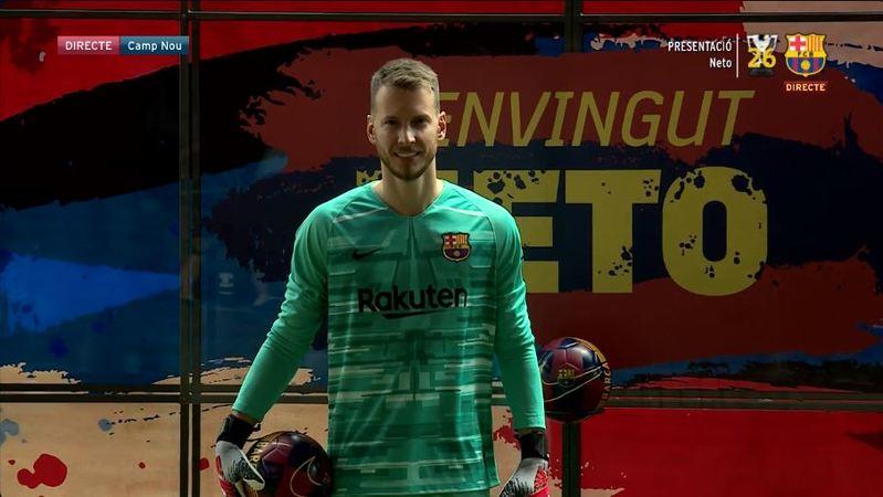 Neto ya luce su equipación culé en el Camp Nou