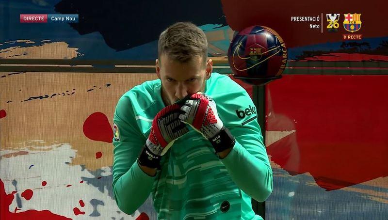 Neto se besa el escudo del Barça en el día de su presentación.