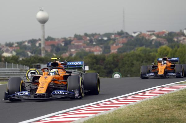 Landon Norris y Carlos Sainz. McLaren en acción en Hungaroring FOTO: AP