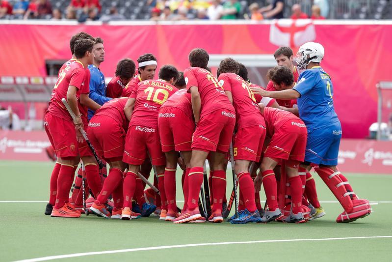 Los españoles haciendo piña en el duelo ante Inglaterra de la fase de grupos