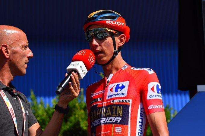 DYLAN TEUNS (Bahrain) viste por primera vez el maillot de líder de una gran vuelta ciclista