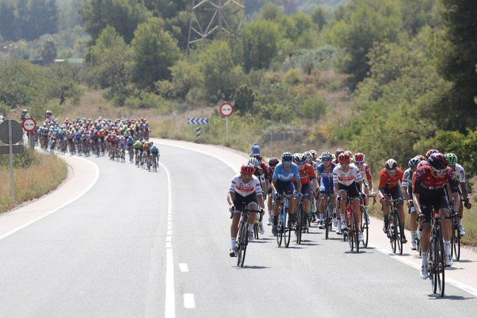 El pelotón de la Vuelta a España ha vivido una intensa batalla en la primera hora y media de competición