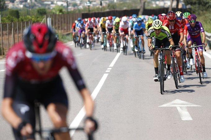 Pelotón enfilado desde el inicio de etapa en Onda