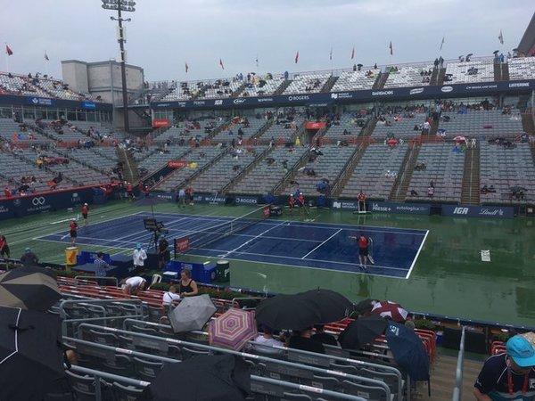 Sigue lloviznando, pero la organización tiene previsión de la posibilidad de poder volver a jugar, aunque sea unos minutos. Nadal domina 7-6 y 2-0, acabar hoy sería una victoria doble
