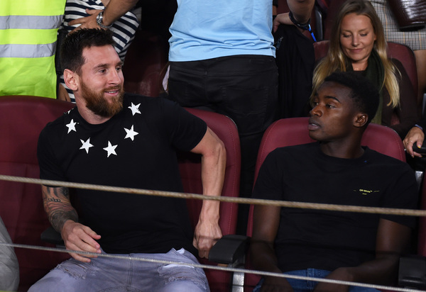 Messi, aún sin el alta médica, viendo el Barça-Valencia en el Camp Nou FOTO: GETTY
