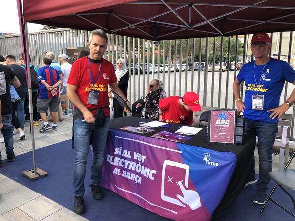 El precandidato Víctor Font, recogiendo firmas en el Camp Nou para que se instaure el voto electrónico en las próximas elecciones FOTO: MANEL MONTILLA