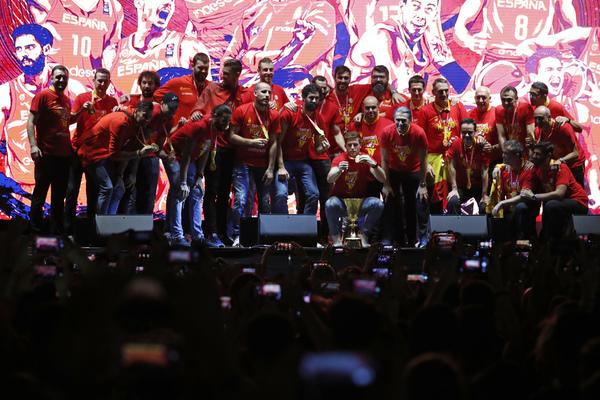 Los campeones del mundo, sobre el escenario de la Plaza de Colón
