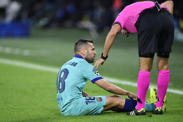 Jordi Alba, en el momento de lesionarse FOTO: GETTY