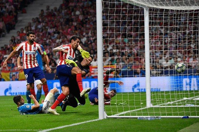 Savic entró con todo para marcar el primer gol del Atlético. (Foto: @ChampionsLeague)