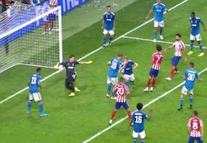 La jugada que pedía el Atlético como penalti.