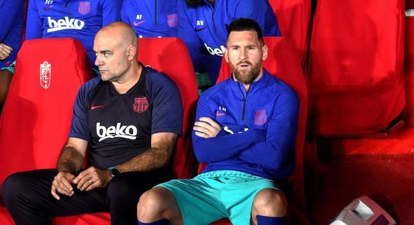 Leo Messi, en el banquillo de Los Cármenes, asiste impotente al flojo partido del Barça