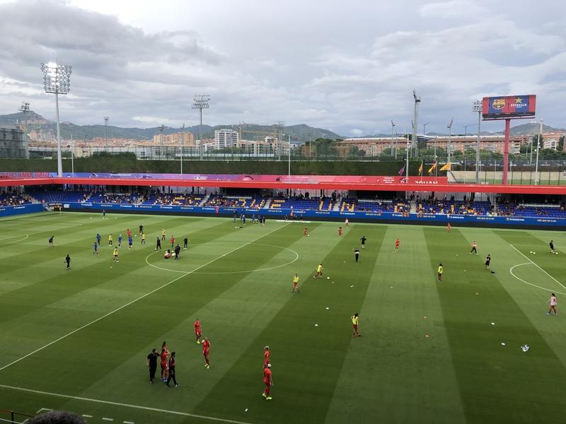 El Johan Cruyff alberga por primera vez un Clásico. Buen ambiente, de partido grande. Veremos si se llena.