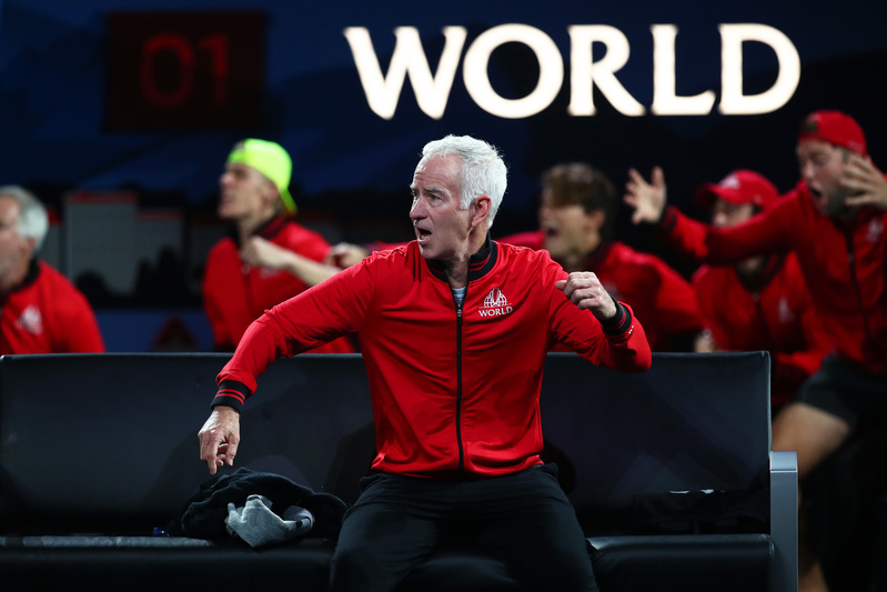 John McEnroe, celebrando un punto del Team World, del que es capitán (Getty)