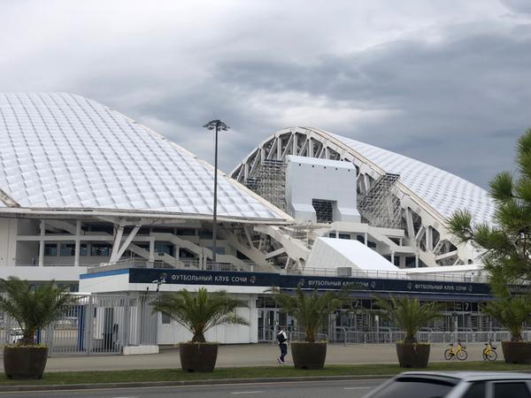 •Lo stadio Olimpico Fišt (prende il il nome dal vicino monte Fišt, appunto)<br>É lo stadio nel quale si sono svolte le cerimonie di apertura e di chiusura dei Giochi olimpici e paralimpici invernali del 2014 e alcune partite del Mondiale di calcio del 2018.<br>Ha una capacità di 40.000 persone.