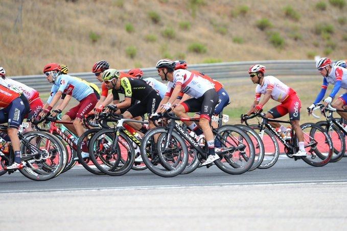 Pelotón compacto tras la salida en el Circuito de Navarra