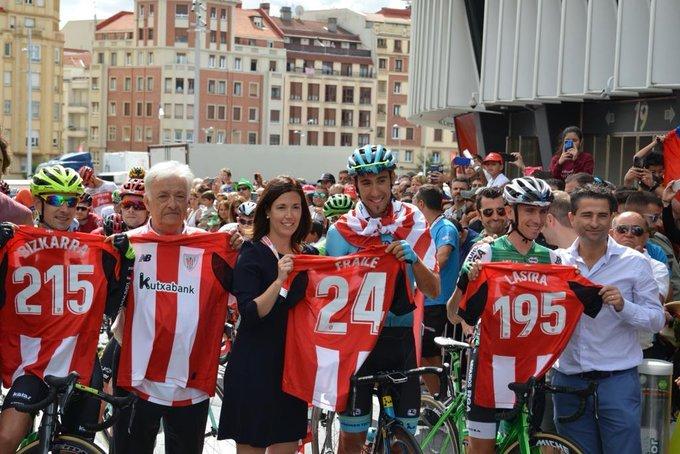 Lastra, Bizkarra y Fraile, premiados con un maillot del Athletic de Bilbao en la salida