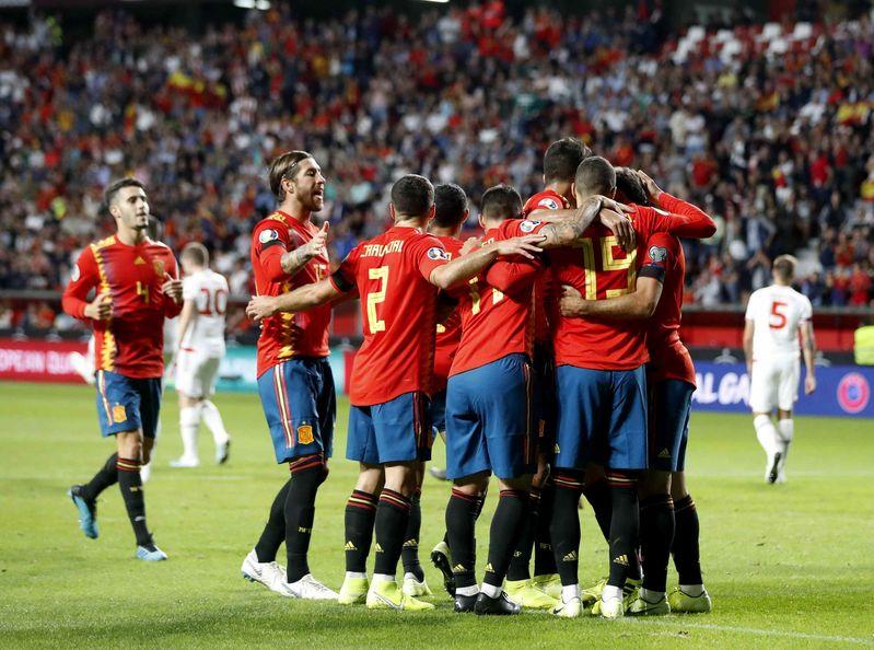 Los jugadores españoles celebrando el gol