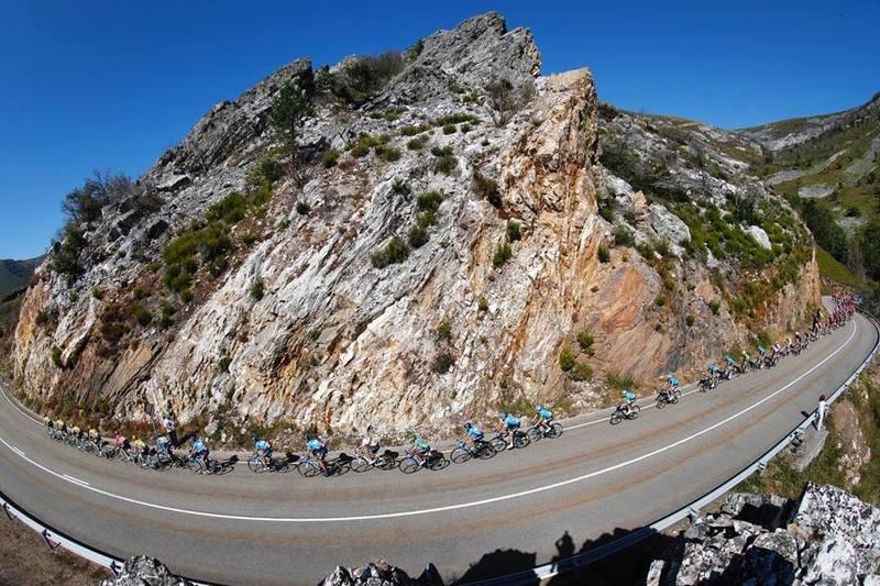 El pelotón de la Vuelta a España en las montañas asturianas