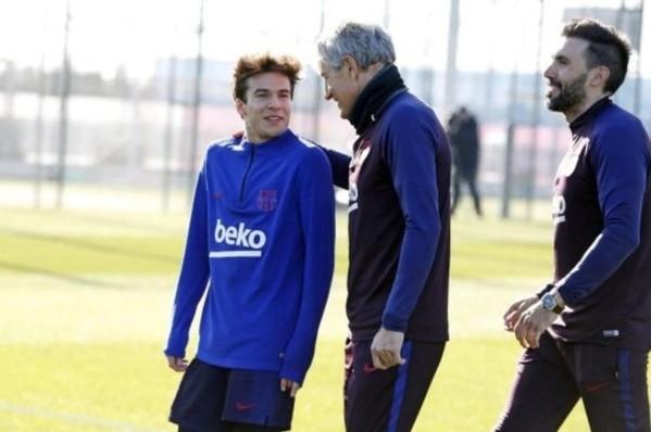 En esta foto se puede ver a Riqui Puig con Quique Setién en el primer entrenamiento. (Foto: FCB)
