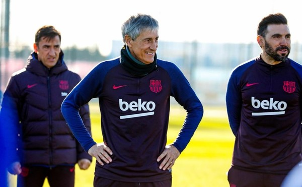 La primera foto de Quique Setién como entrenador del Barça. (Foto: FCB)