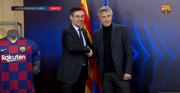 Aquí, Setién y Bartomeu posando ante las camisetas del Barça.