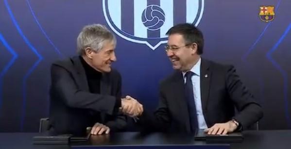 Quique Setién y Josep Maria Bartomeu, tras la firma del contrato.