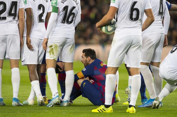 Los jugadores del Granada tuvieron que recurrir a las faltas para parar a Messi FOTO: PERE PUNTÍ