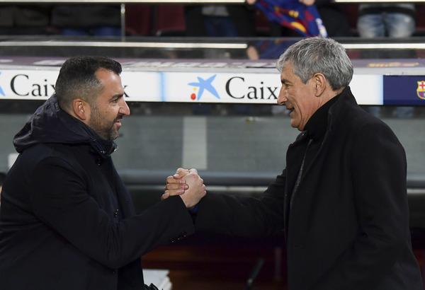 Quique Setién, que debutaba con el Barça ante el Granada, saluda al técnico rival, Diego Martínez FOTO: PERE PUNTÍ