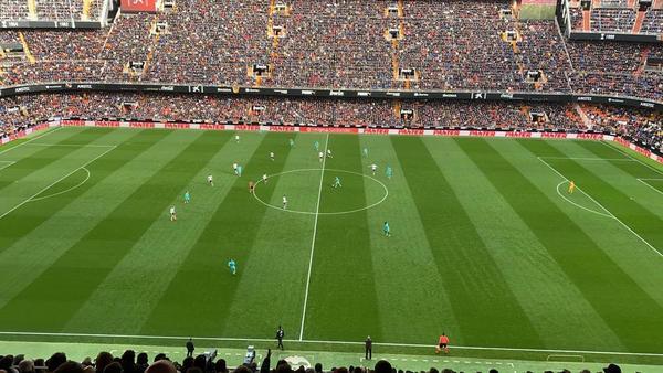 En esta imagen de nuestro compañero Roger Torelló se puede apreciar la disposición táctica del Barça en Mestalla