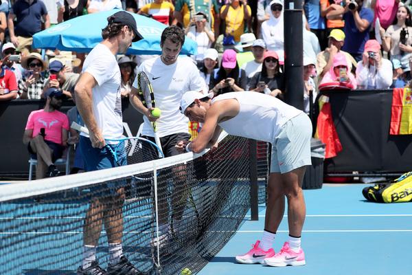 Carlos Moyà y Tomeu Salvà, con Rafa Nadal en un entrenamiento de ayer en Melbourne Park FOTO: GETTY