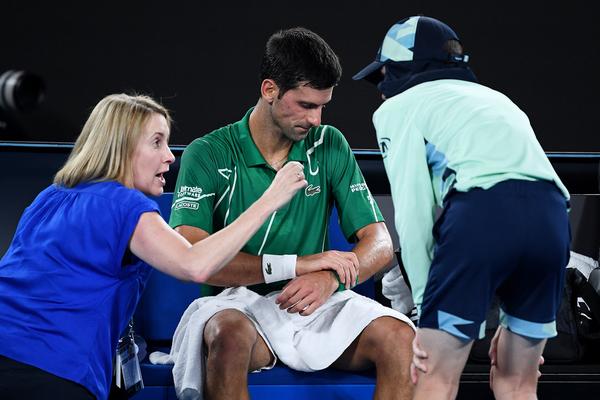 Djokovic pidió asistencia en su muñeca izquierda, en cancha y mientras Federer se ausentaba FOTO: GETTY