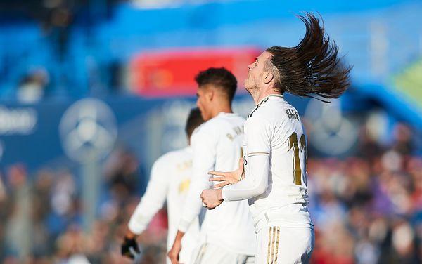 La folta chioma di Bale senza codino