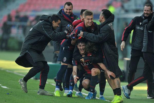La gioia dei giocatori del Bologna dopo il magnifico gol di Riccardo Orsolini che vale il pari in pieno recupero; Bologna-Fiorentina 1-1.