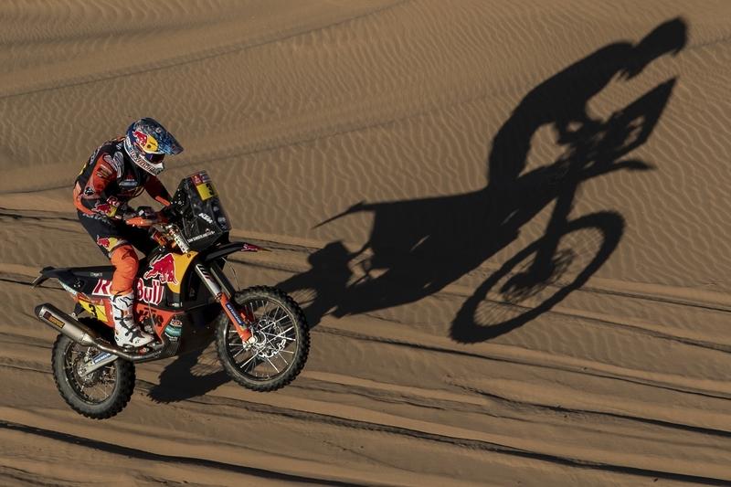 Sam Sunderland, nuevo líder del Dakar en motos (AP)