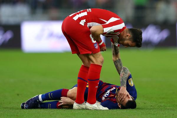 Messi se retuerce de dolor tras la entrada se Saul