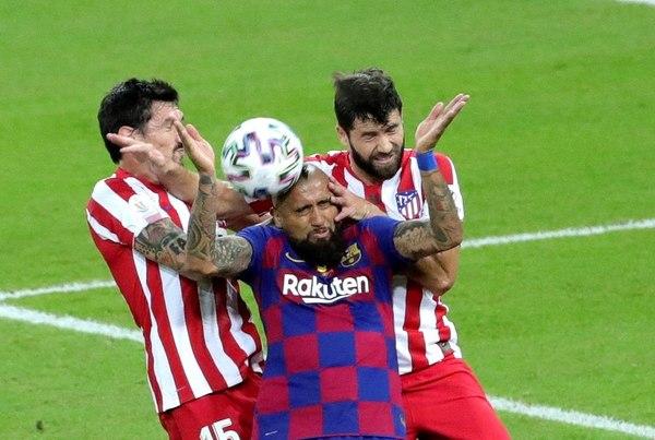 Stefan Savic y Felipe Monteiro le hacen el bocadillo a Arturo Vidal