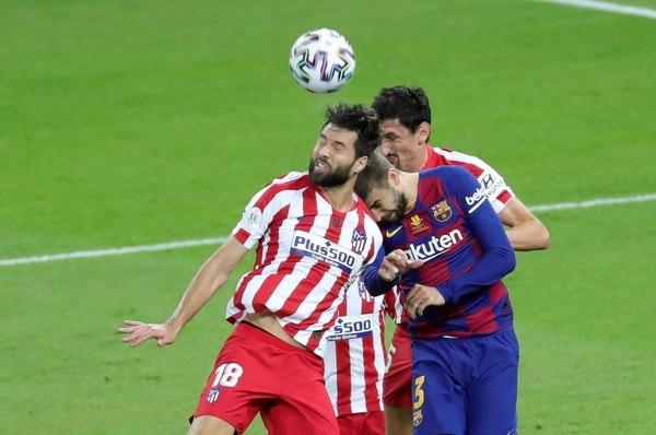 Lucha de tinanes: Piqué y Savic disputan un balón